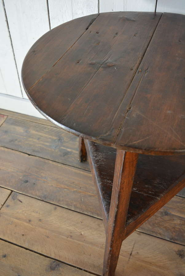 18TH CENTURY WELSH FARMHOUSE CRICKET TABLE